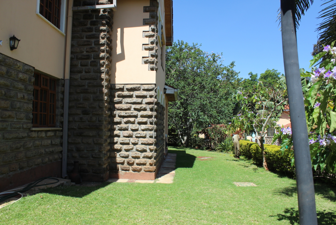 Townhouse to Let Lavington Garden and Lawn